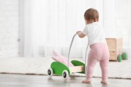 Giochi primi passi: le migliori proposte per stimolare il bambino a camminare